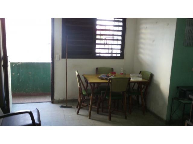 Buen apartamento ¼ en Luyanó, 1 cuadra del Hospital La Benéfica. Precio conversable!!!!!